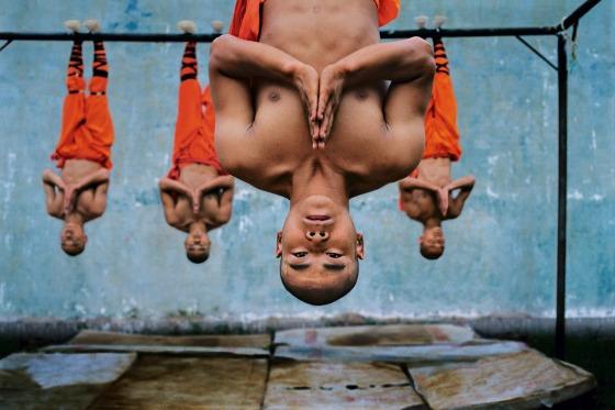 rsz_11_steve_mccurry_shaolin_monks_training_copyright_steve_mccurry_courtesy_st_moritz_art_masters
