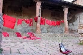 """""""Scarpe rosse contro la violenza"""", Istallazione realizzata a  Certaldo per il 25 novembre, giorno internazionale contro la violenza sulle donne"""